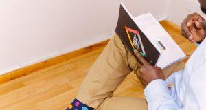Mann, der ein Buch liest